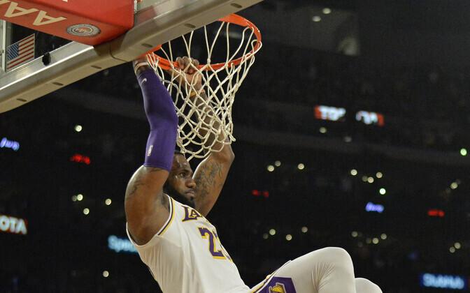 LeBron James jäi pärast pealtpanekut korvi külge rippuma.