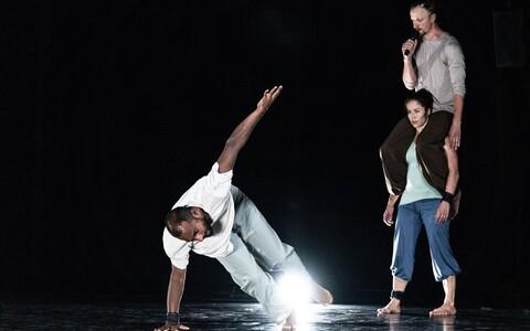 """Eesti ja Norra koreograafide duo Külli Roosna ja Kenneth Flaki tantsulavastus """"Prime Mover""""."""