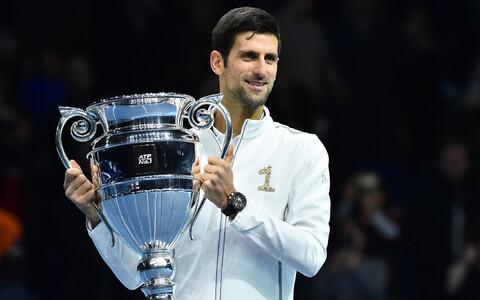 Novak Djokovic aastalõpu esireketi karikaga.