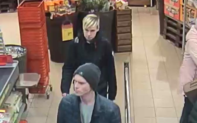 Полиция разыскивает двух молодых людей.