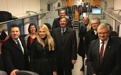 Лидеры центристов в поезде Elron.