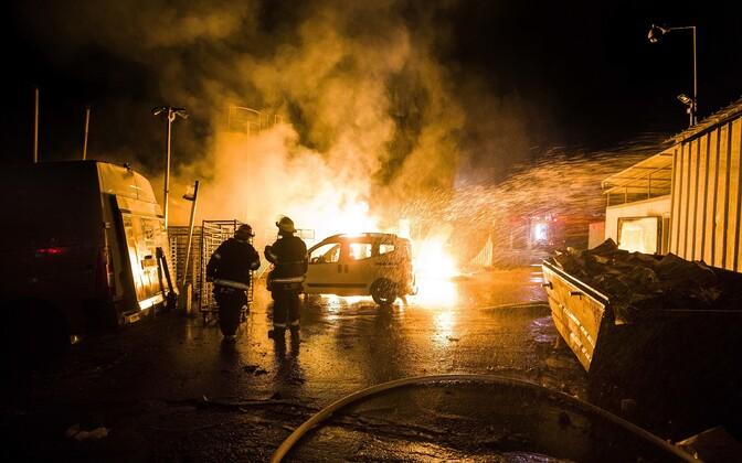 Iisraeli tuletõrjujad raketitabamuse saanud paigas leekidega võitlemas.