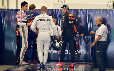 Esteban Ocon (roosas) ja Max Verstappen (tumesinises)