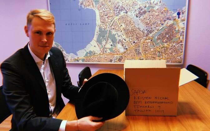 Raimond Kaljulaid ostis Kristen Michalile taaskasutuspoest kaabu.