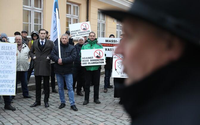 EKRE pikett ränderaamistiku vastu Stenbocki maja ees