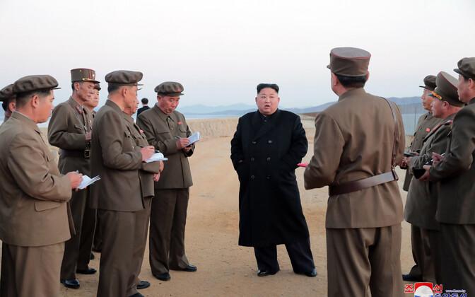 Põhja-Korea juht Kim Jong-un koos sõjaväelastega.