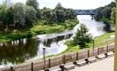 Valmiera - Koiva jõgi, kaugemal näha sild oma kõverate lambipostidega.