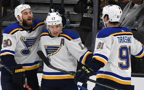St. Louis Bluesi mängijad võidu üle rõõmustamas.
