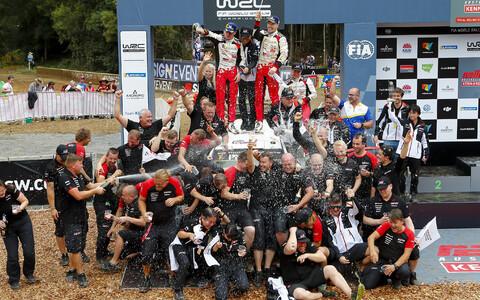 Toyota rallimeeskond MM-tiitlit tähistamas.