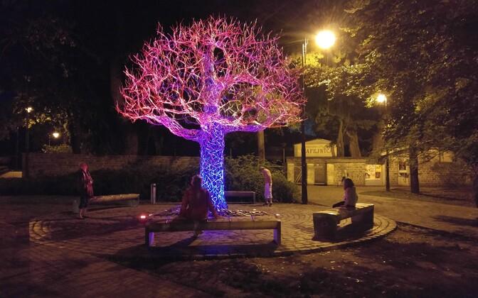 Metallist puu, mille võrasse on peidetud pillid.