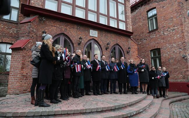 Valitsus laulab Läti auks.