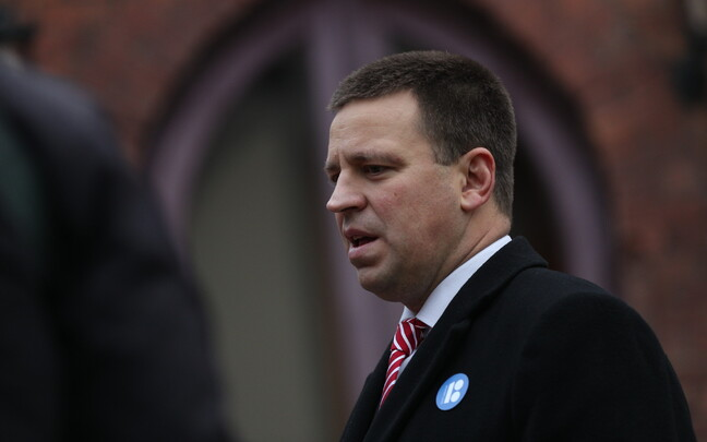 Jüri Ratas (Centre) speaking outside the Latvian embassy in Tallinn on Sunday morning.