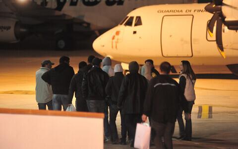 Tuneesia migrandid Itaalias Lampedusa lennujaamas.