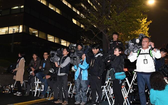 Японские журналисты перед зданием прокуратуры.