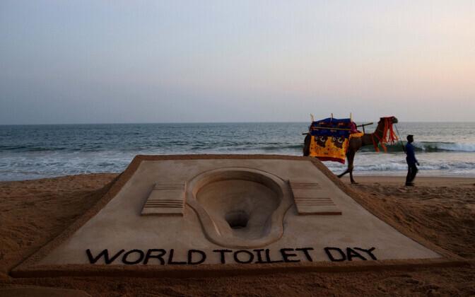 Rahvusvahelist tualetipäeva tähistav liivaskulptuur India rannas.