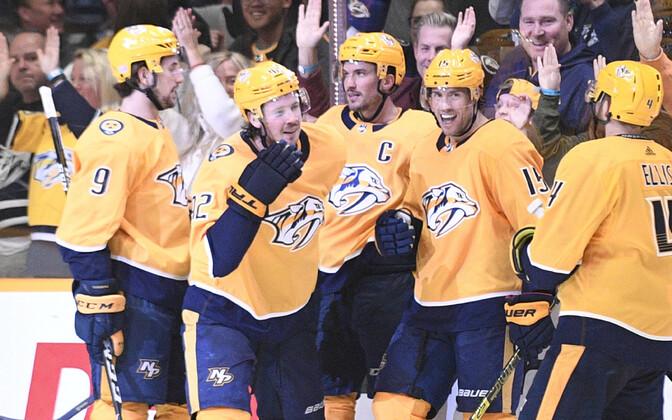 Nashville Predatorsi mängijad võidu üle rõõmustamas.