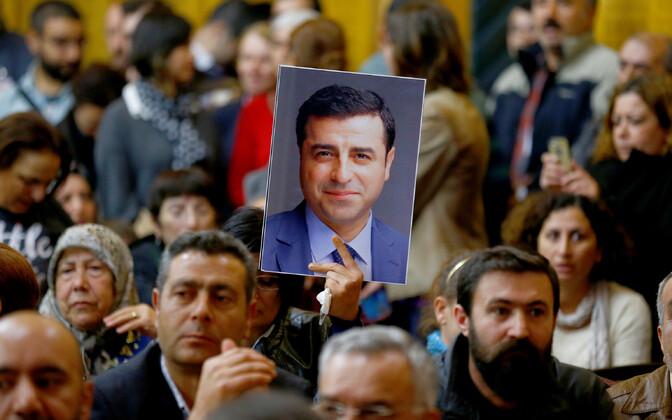 HDP juhi Selahattin Demirtasi toetajad tema fotot hoidmas.