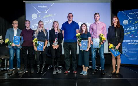 Tänavused stipendiaadid Joosep Karlson (vasakult) Matz Topkin, Anna Maria Orel, Li Lirisman, Albert Tamm ja Tuuli Tomingas, nende vahel Kristina Šmigun-Vähi ja Gerd Kanter.