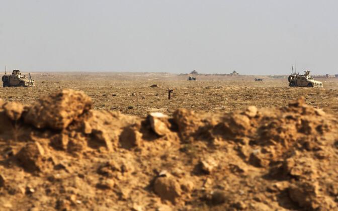 USA armee sõidukid patrullimas Süüria-Iraagi piiril.