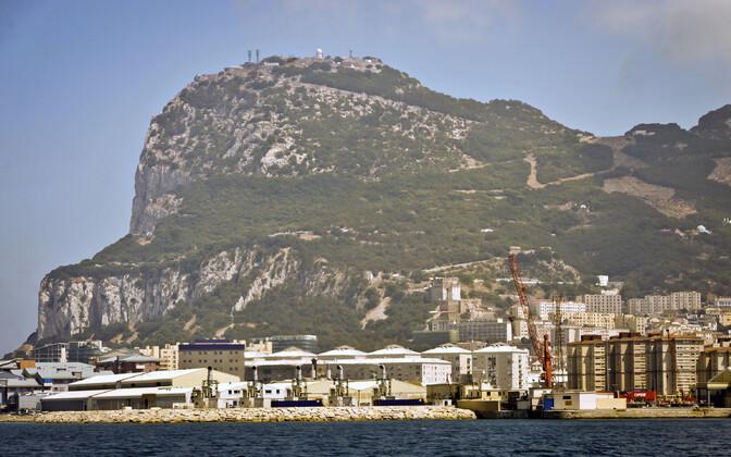Гибралтар - оспариваемая Испанией заморская территория Великобритании, которая возвышается над Гибралтарским проливом, соединяющим Средиземное море с Атлантическим океаном.