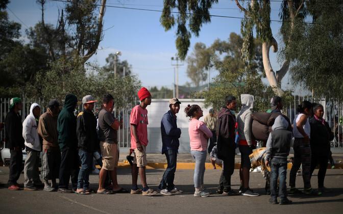USA-sse jõuda püüdvad Kesk-Ameerika migrandid Tijuanas toidujärjekorras.