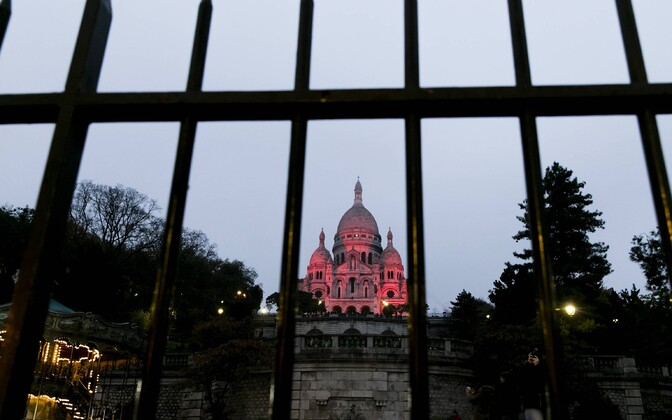 Püha Südame kirik Pariisis oli usuvabaduse probleemidele viitamiseks punaselt valgustatud.