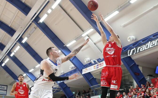 Maksim Salaš Eesti-Läti korvpalliliiga kohtumises Rapla Avise vastu viset blokeerimas
