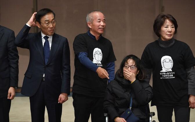 Samsungi kaaspresident Kim Ki-nam (V) tööga seotud haiguste ohvrite lähedastega.
