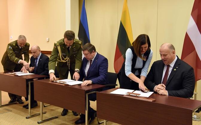 Balti kaitseministrite allkirjastamas ühiskommünikeed.