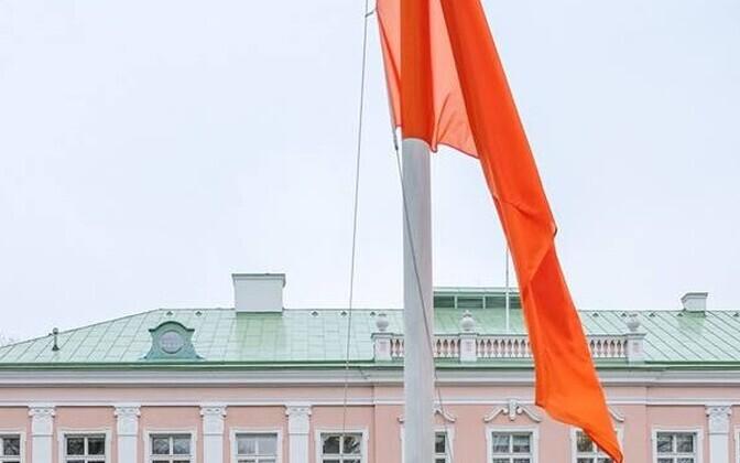 Оранжевый флаг в Кадриорге.