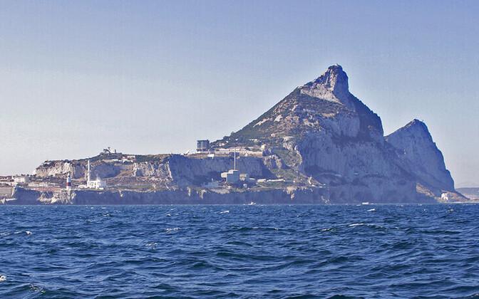 Гибралтарская скала возвышается над разделяющим Европу и Африку проливом.