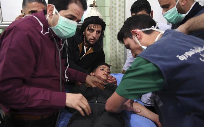 Süüria riikliku uudisteagentuuri SANA foto meedikutest, kes ravivad Aleppos s keemiarünnakus kannatada saanud poissi.