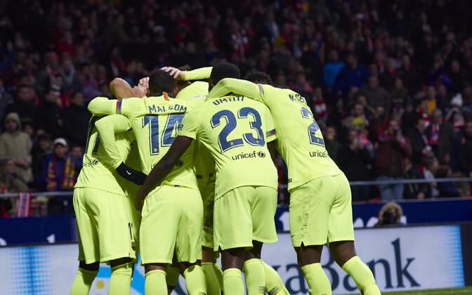 Barcelona mängijad Ousmane Dembele väravat tähistamas.