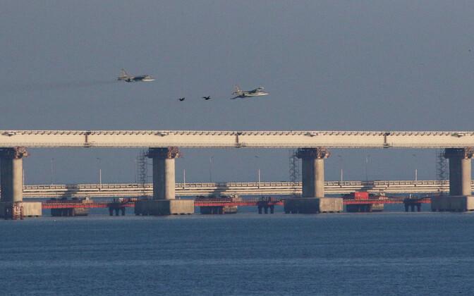 Venemaa sõjaväelennukid Kertši silla kohal.