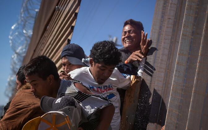 Мигранты из Латинской Америки пытались прорвать границу между Мексикой и США.