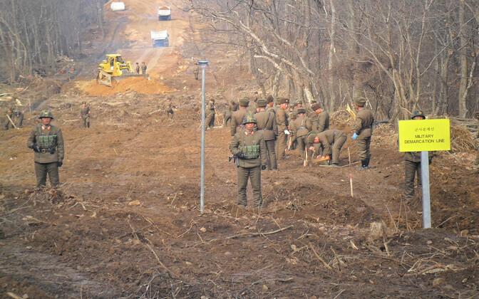 Põhja-Korea sõdurid kahte Koread eraldava demilitariseeritud tsooni läbiva tee taastamistöödel.