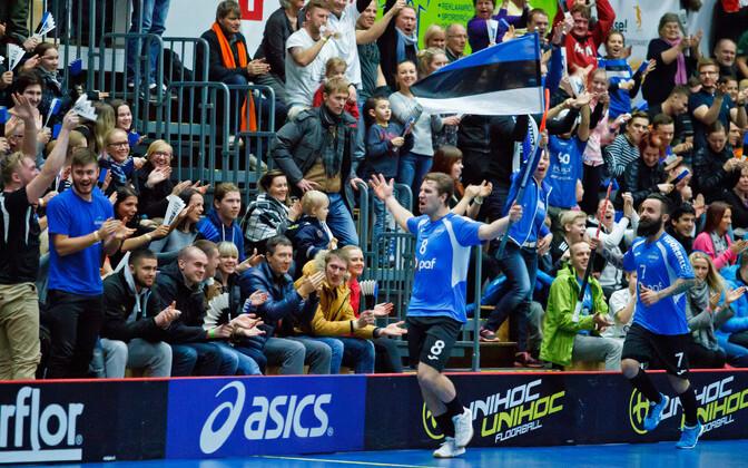 Один из лидеров сборной Эстонии Патрик Карелиуссон празднует забитый гол на домашнем отборочном турнире в Таллинне.
