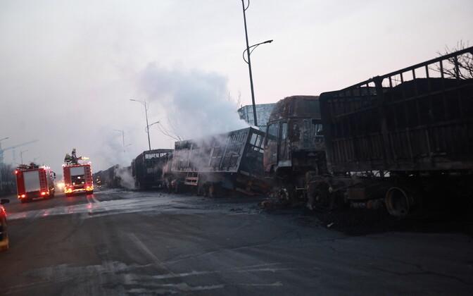 Põlenud veokid plahvatuse kohal Hiinas.
