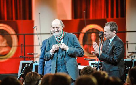 Arvo Pärt Varssavis pärast kuldmedal Gloria Artise üleandmist.
