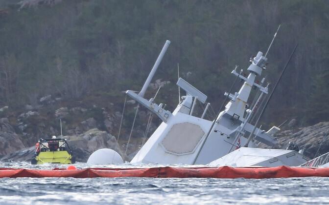 Norra fregatt KNM Helge Ingstad pärast kokkupõrget osaliselt vee all.
