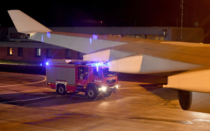 Päästeauto kantsler Angela Merkeli lennuki juures Kölni lennuväljal.