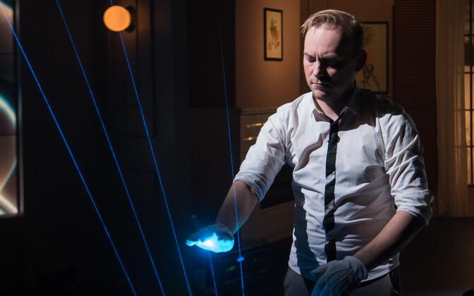 Tiit Kikas mängib laserharfil saates