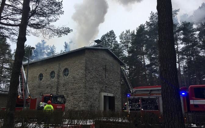 Работы по тушению пожара в здании часовни на кладбище Лийва в 2018 году.