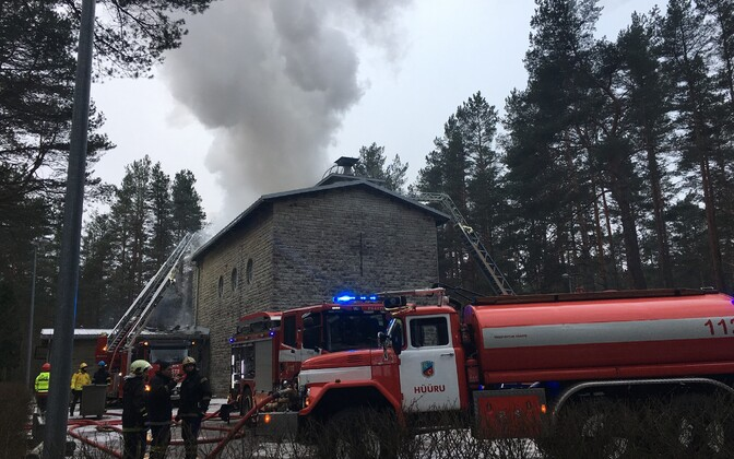 Работы по тушению пожара в здании часовни на кладбище Лийва.