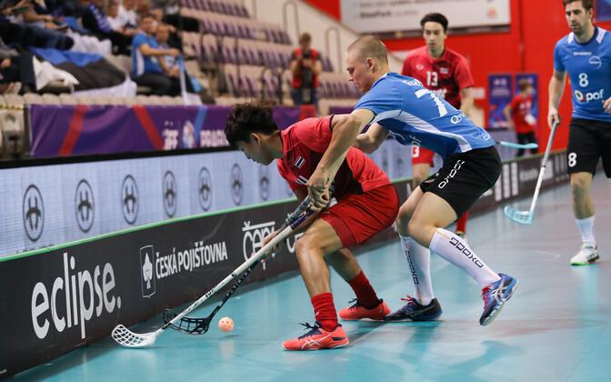 Нападающий сборной Эстонии Кен Пяхн в матче против Таиланда.