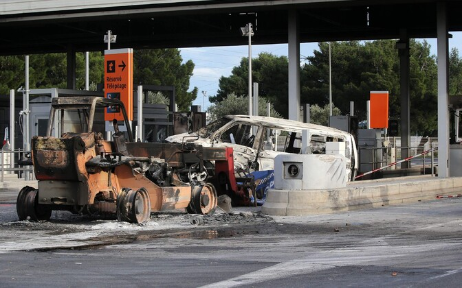 Kollaste vestide protesti käigus hävitatud teetolli kogumise jaam Lõuna-Prantsusmaa kiirteel.