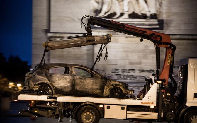 Põlenud auto ja soditud triumfikaar Pariisis.