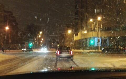 Sajab nii lund kui lörtsi, temperatuur vaheldub nullist siia- ja sinnapoole, mistõttu teed on ohtlikult libedad.