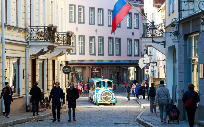 Больше всего туристов приезжают в Таллинн.