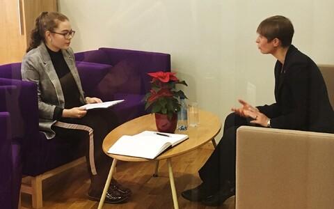 Aleksandra Ratkovitš ja Kersti Kaljulaid Jõhvi gümnaasiumis 2018. aasta novembris.